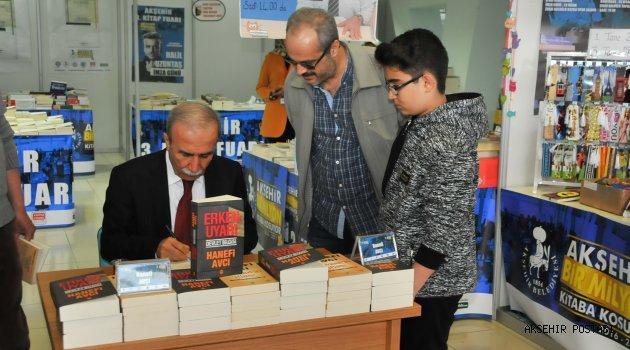 YAZAR AVCI VE İĞCİ FUAR'DA KİTAPLARINI İMZALADI