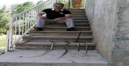 Ahırına girmeye çalışan 4 yılanı öldürdü
