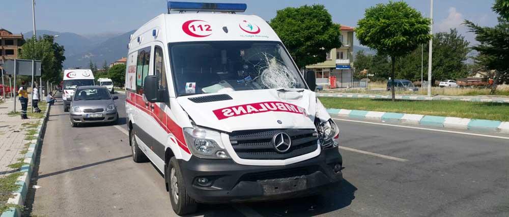 Ambulans hastaya giderken yaşlı adamı ezdi.