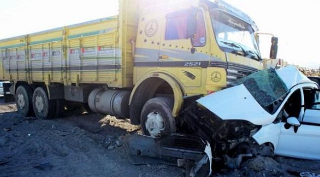 Kamyonet ile kamyon çarpıştı: 1 Ölü