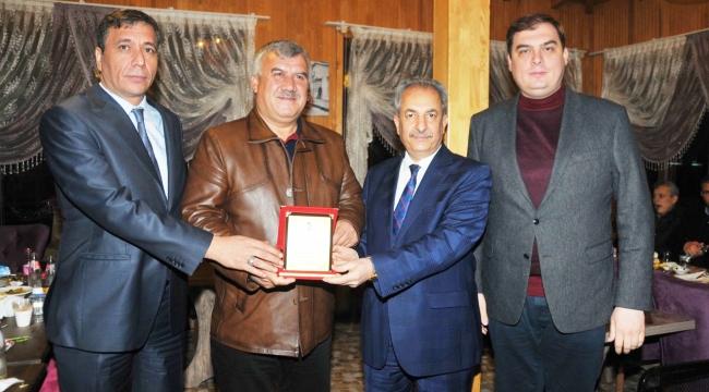 BAŞKAN AKKAYA'DAN BELEDİYE MECLİS ÜYELERİNE PLAKET