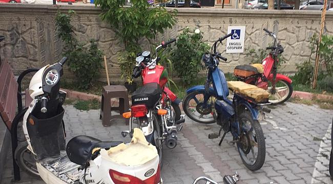 MOTOSİKLET HIRSIZLARI GÜVENLİK KAMERASINA YAKALANDI