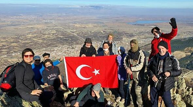SULTANDAĞLARI'NA TIRMANIP, BAYRAK DİKTİLER