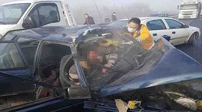 Zincirleme kazada otomobilde sıkışan baba- oğul kurtarıldı