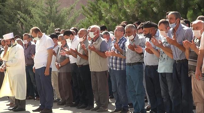 KAZADA ÖLEN ÖĞRETMEN ÇİFT İLE KIZLARI TOPRAĞA VERİLDİ