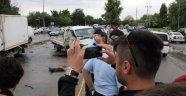 Ölümlü kazayı izleyenler fotoğraf çekmek için yarıştılar