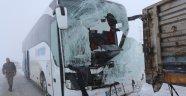 Yolcu otobüsü tıra çarptı: 1 ölü, 10 yaralı