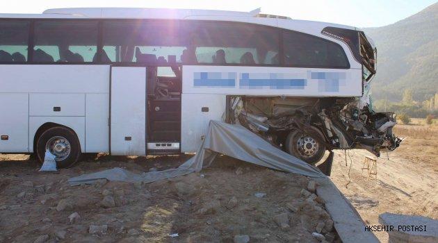 Yolcu otobüsü tıra arkadan çarptı: 1 ölü, 23 yaralı